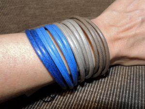 bracciale a fascia nei toni del tortora e dell'azzurro jeans