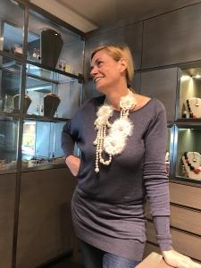 Sabrina indossa un pezzo unico haute couture realizzato e cucito interamente a mano.