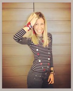 Raffy indossa una collana lunga, girata due volte, realizzata con sottile rubare tube trasparente e tante boulle in plexiglas. Al polso destro bracciale a spirale alto e bracciale con ancora, al polso sinistro braccialetto rigido fantasia.