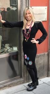 Raffy indossa tante collane multicolor in pietra dura con dettagli gold ✨ dallo stile gispy, bellissime da portare insieme i separate, per dare colore e glamour ai look primaverili!