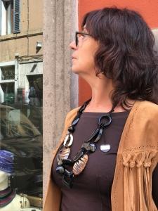 """Sandra indossa una collana della serie """"Animalier lovers"""" in perfetto stile country-gipsy. Facile e versatile, è una collana realizzata con elementi in plexiglas nero lucido, elementi tigrati laccati e dettagli gold, chiusura con nastro in raso."""
