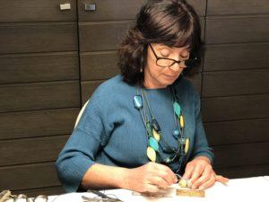 Sandra al lavoro sui bellissimi ovetti bijoux nei toni del blu e argento. Tutti i nostri bijoux sono realizzati esclusivamente a mano, e anche gli ovetti possono essere ordinati in colori personalizzati.