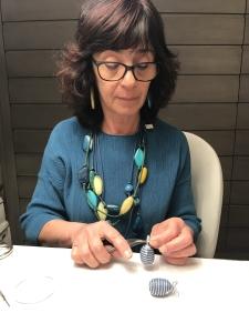 Ecco l'ovetto finito!!! Sandra indossa una collana realizzata con filato in cotone cerato ed elementi in plexiglas nei toni dell'azzurro denim e turchese con un tocco di giallo. Orecchini fogliolina in parure .