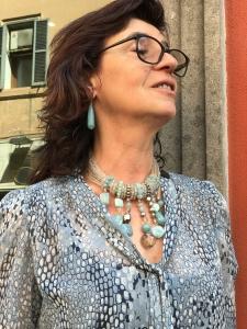 Sandra indossa un magnifico collier in Cristallo di Boemia e pietre dure di Quarzo Angelite, tutto realizzata a mano, estremamente raffinato ed elegante, è un pezzo unico di Cillabijoux ✨✨✨ Orecchini a goccia in pietra dura.