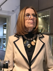 Cilla indossa un collier realizzato con filato in cotone cerato a lavorazione tubolare e pendenti in corno vegetale e plexiglas  E' un pezzo unico di Cillabijoux