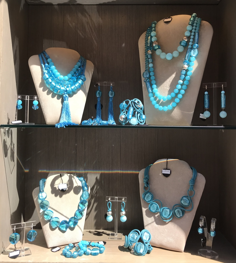 La nostra vetrina nelle brillanti sfumature turchesi, cielo e mare si mixano in questi gioielli, luminosissimi ed eleganti, realizzati con meravigliosi elementi in vetro di Murano, pietre dure e Cristalli. Perfette per dare un tocco di colore vivace e luminoso ad un abito minimal; belle indossate su outfit tono su tono ma soprattutto a contrasto, sul blu, sul nero, sul grigio... un flash colorato per le tue occasioni più importanti