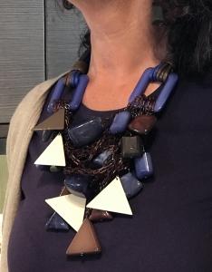 Un pezzo unico d'alta moda questa collana indossata da Sandra. Tante catenelle in plexiglas da cui pendono tanti big charms dalla forma geometrica. La collana è montata con filato in cotone cerato a lavorazione tubolare. Un mix di colori inconsueto eppure estremamente versatile: azzurro e cioccolato È un pezzo unico di Cillabijoux
