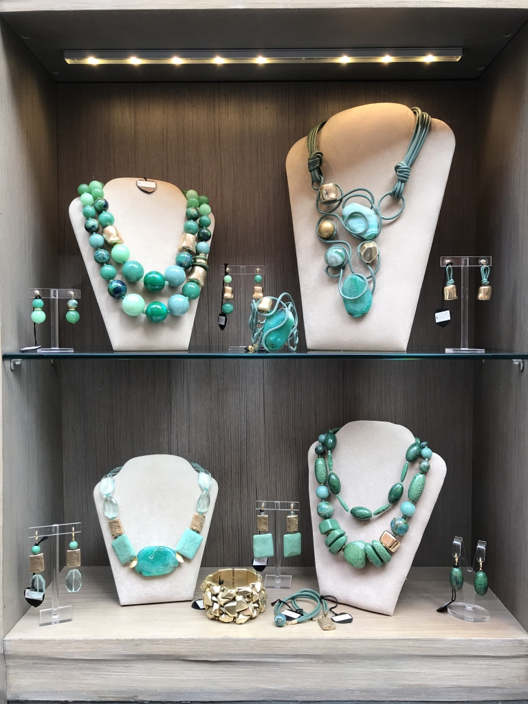 Il verde nelle sue sfumature più brillanti è protagonista di questa Capsule Collection, creazioni eleganti e raffinate, realizzate con preziose pietre dure, plexiglas e dettagli gold.