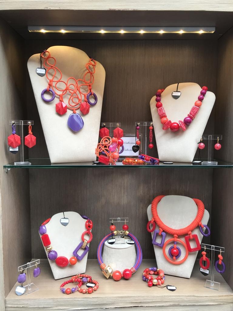 """La vetrina con le ultime creazioni della collezione """"Hot Colours"""", per regalare o regalarti un bijoux vivace e divertente!"""