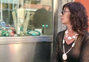 Sandra indossa una coppia di collane in preziosa pietra dura nelle nuance rosa cipria, illuminate da perle di fiume naturali. Orecchini in parure.