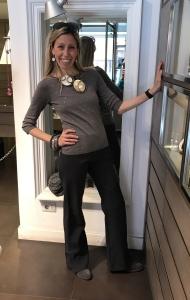 Raffy indossa una originalissima collana realizzata e modellata interamente a mano con due grandi dischi in kapiz di madreperla. Orecchini in parure e grandi bracciali bangles in plexiglas.