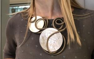Dettaglio della collana, realizzata e modellata interamente a mano con filato in cotone cerato e due grandi dischi in kapiz di madreperla.