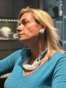 Sabrina indossa un collier interamente realizzato a mano con filato in cotone cerato e torchon di quarzo turchese chiarissimo: un mare di luce da indossare! Orecchini in parure.