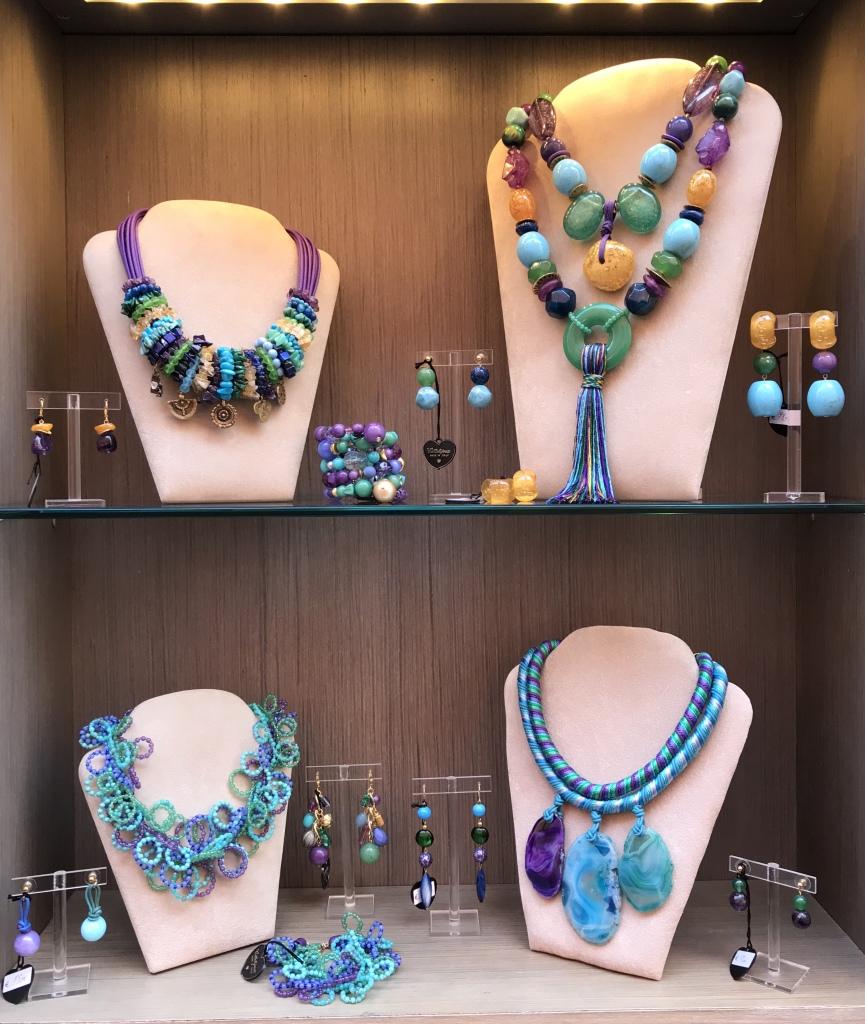 Una Capsule Collection in un accostamento di colore magnifico, un multicolor versatile e brillante che darà luce e vivacità ai tuoi look primavera/estate