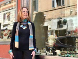 La nostra vetrina principale.  Cilla indossa una collana molto originale, realizzata con una mezzaluna in legno e tanti pendenti in turchese, legno e cialde ricoperte in preziosa foglia d'oro. Un pezzo unico, di grande effetto, eppure molto versatile.