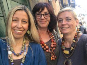 Raffy, Sandra e Sabrina con il selfie di rito... tutte indossano interpretazioni diverse dello stile etnico.