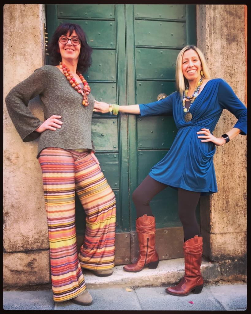 """Sandra e Raffy indossano creazioni uniche della collezione """"Ethno Chic""""."""