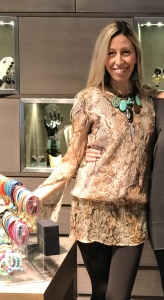 Raffaella indossa una collana girocollo realizzata con filato in cotone cerato a lavorazione tubolare con tanti ciondoli in plexiglas turchesi e testa di moro. Orecchini in parure.