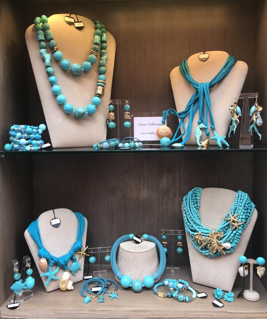 Una delle nostre vetrine turchese brillante con splendide creazioni per arricchire i tuoi look estivi. Ti aspettiamo in negozio con tutta la collezione!!!