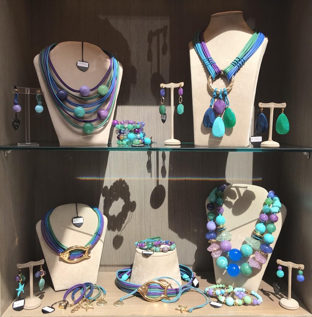 Una delle nostre vetrine nelle meravigliose sfumature del mare: dall'azzurro al turchese e dallo smeraldo al viola, un mix cromatico vibrante e luminoso dalla straordinaria versatilità.
