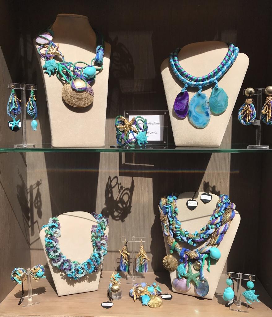 Una delle nostre vetrine nelle meravigliose sfumature del mare: dall'azzurro al turchese e dallo smeraldo al viola, un mix cromatico vibrante e luminoso dalla straordinaria versatilità. Protagoniste sono le creazioni a tema marino, con tanti pesci, conchiglie e coralli... per indossare il mare in un bijoux!