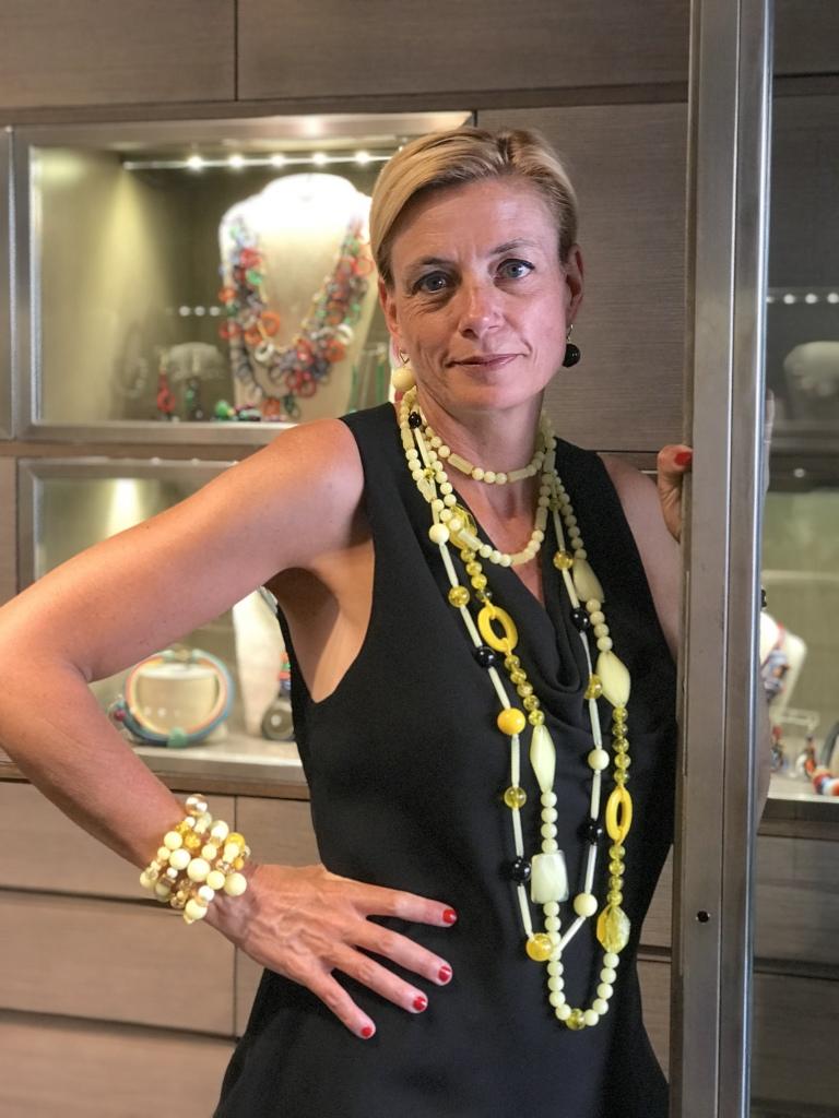 Sabrina indossa tanti bijoux mix & match di un vivace giallo brillante. Splendidi sull'abbronzatura, porteranno il sole sul tuo outfit estivo!