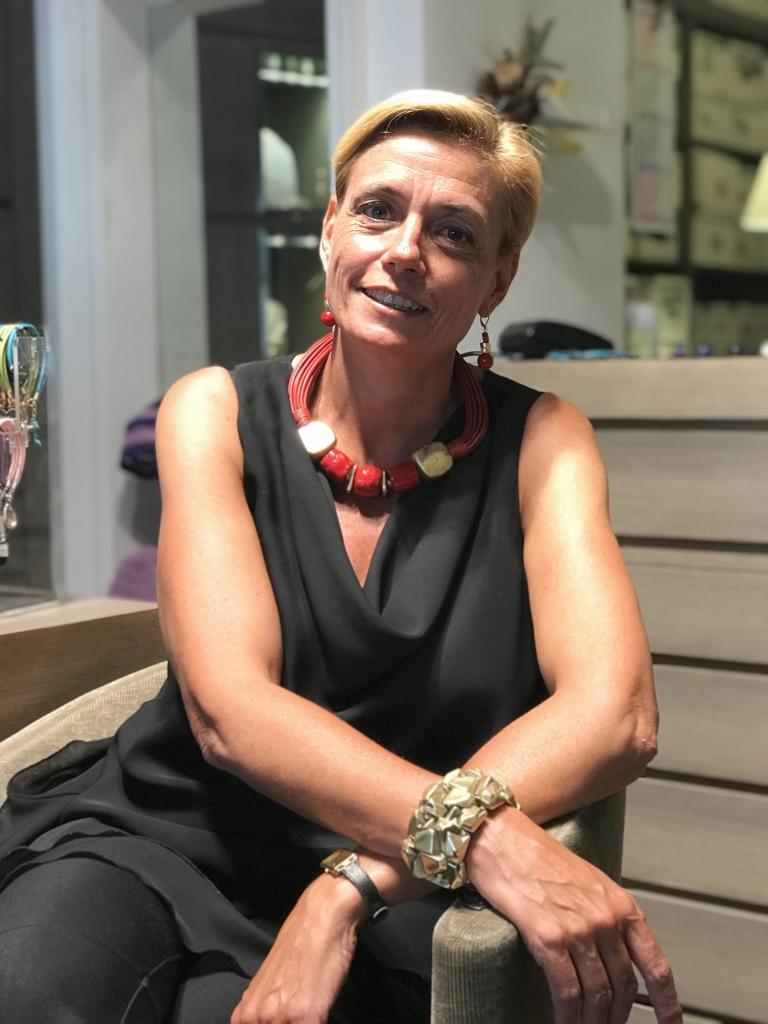 Bellissima la nostra Sabri con questa grintosa parure corallo e oro. Collier, orecchini e bracciale dalla linea pura, per donne di carattere che amano gioielli d'effetto, originali ma estremamente raffinati e glamour nella forma.
