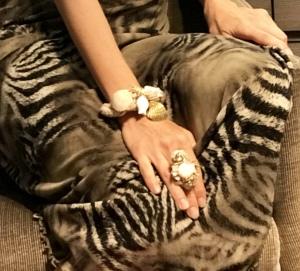 Particolare del bracciale e dell'anello