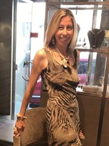 Raffy indossa una raffinata parure nei toni dell'avorio con splendide conchiglie naturali: collana, orecchini, bracciale e anello realizzati interamente a mano con raffinata lavorazione artigianale. Sono tutti pezzi unici di Cillabijoux