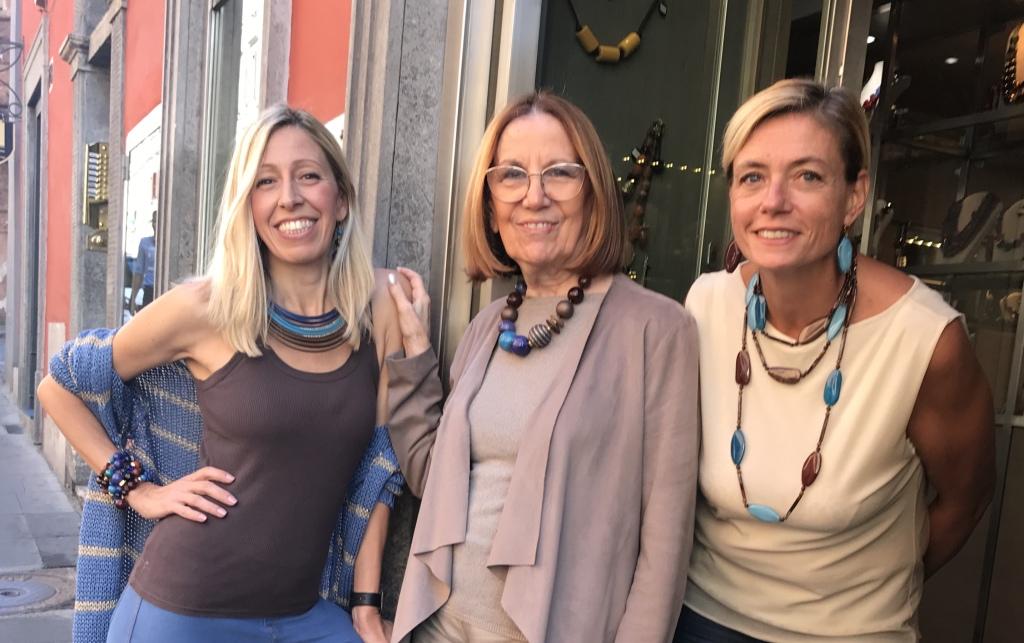 """Raffy, Cilla e Sabrina vi aspettano in negozio! Venite a scoprire tutte le novità della collezione """"Jeans & Chocolate"""" ✨"""