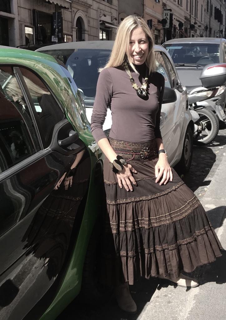 """Raffy indossa una parure della collezione """"Green Inspiration"""" con meravigliose creazioni in pietra dura e corno vegetale naturale. Sono pezzi unici di Cillabijoux"""