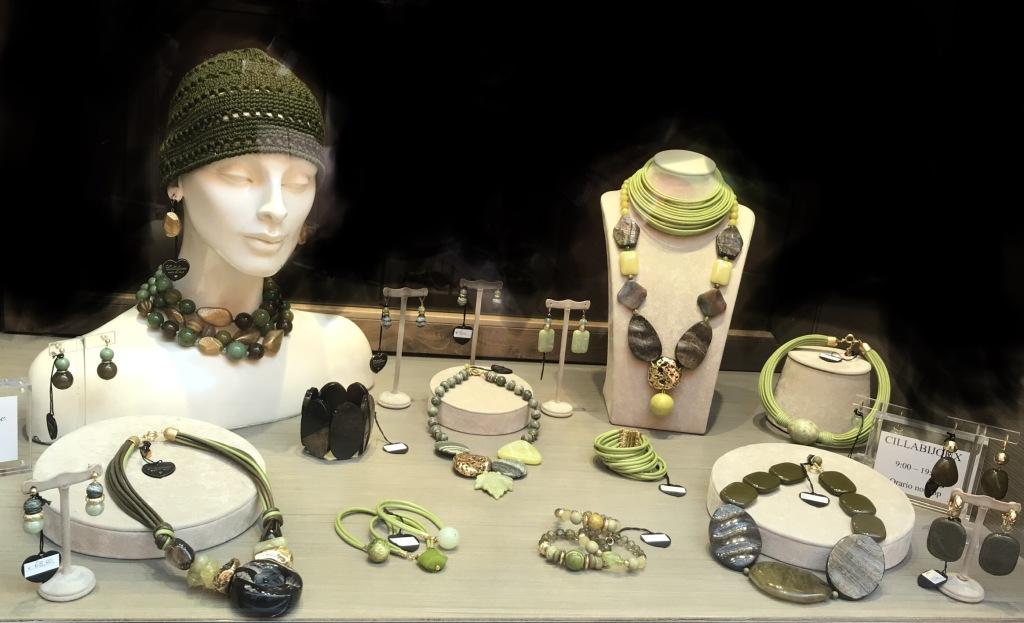 """La nostra vetrina """"Green Inspiation"""" con tantissime creazioni in una gamma infinita di verdi: dal militare al salvia, dal verde oliva al pistacchio, tutto illuminato da bagliori gold."""