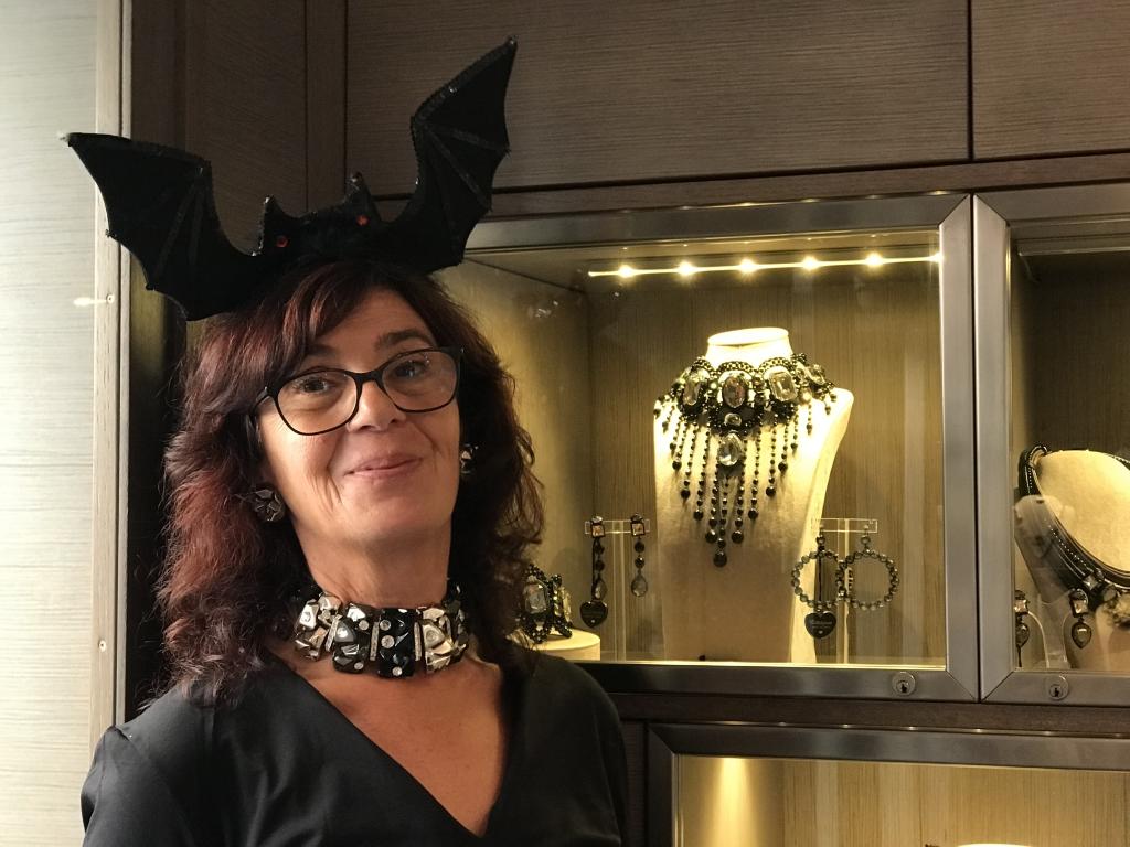 Sandra  indossa un collier de chain realizzato a mano con elementi neri e argento in plexiglas, con particolare lavorazione a roccia, dettagli ultra light degli strass Swarovski ✨✨