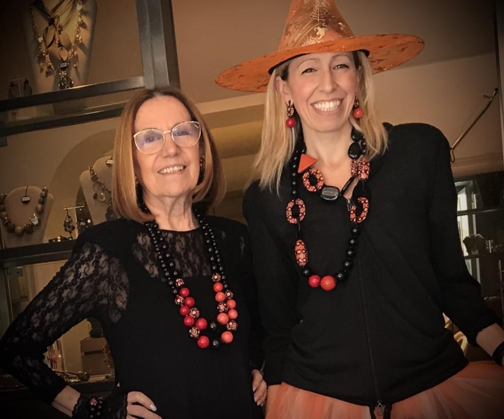 """Cilla e Raffaella indossano i nuovissimi bijoux della Capsule Collection """"Halloween 2019"""", vieni a provarli anche tu! Sono tutti pezzi unici di Cillabijoux"""