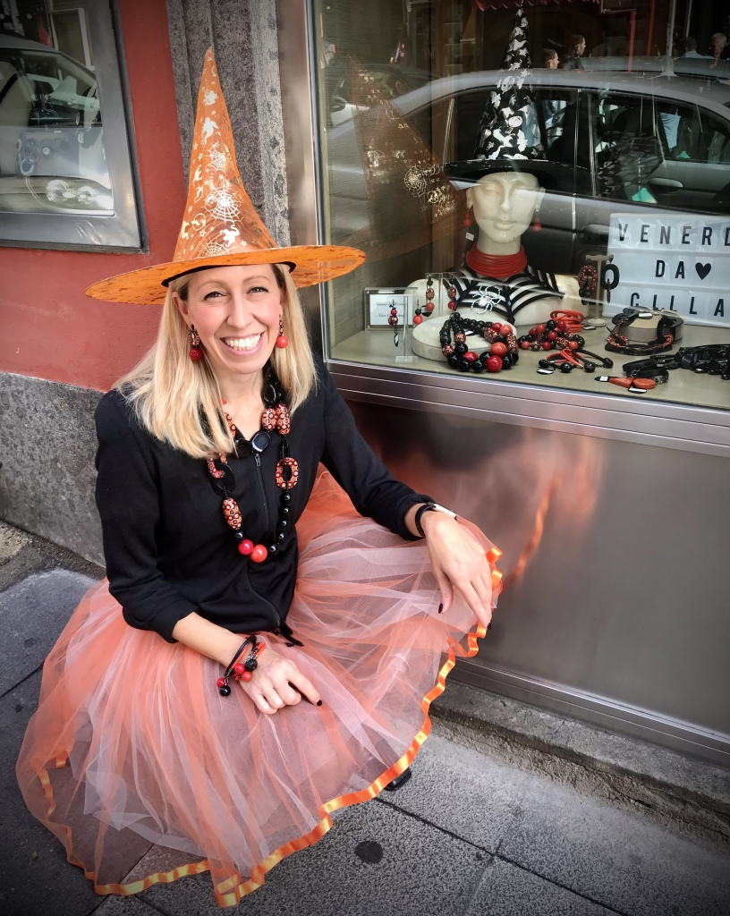 Streghetta glamour in vetrina e fuori...  Raffy presenta la nuova collezione Halloween 2019, una capsule di pochissimi pezzi unici realizzati con l'accativante mix di colori: nero, arancione e rosso.