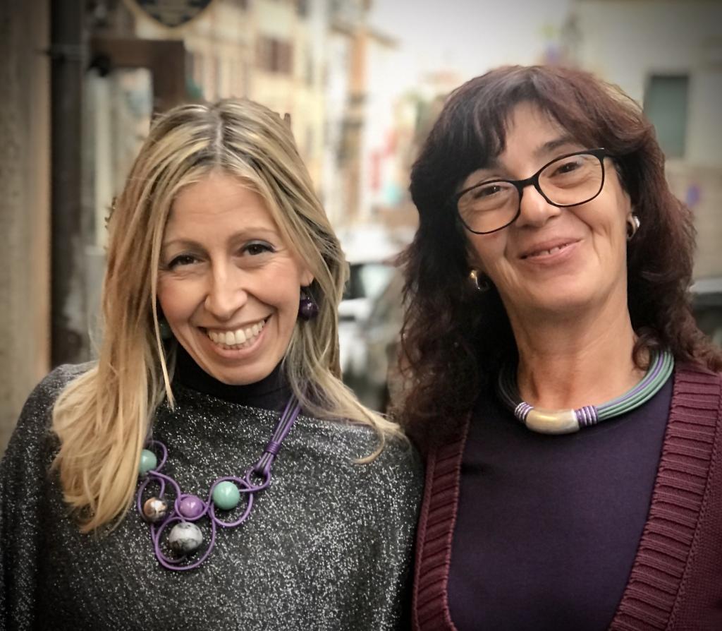 """Raffy e Sandra indossano due creazioni easy to wear della collezione """"Unconventional Grey"""" Luminose, versatili e molto glamour, danno colore al tuo look con eleganza e raffinatezza."""