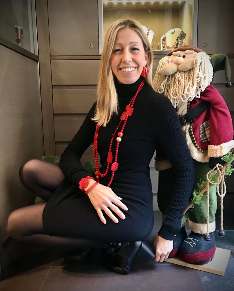 """Raffy indossa alcuni bijoux della collezione """"Christmas in Red"""", versatili ed easy to wear su tantissimi outfit. Perfetti durante le feste e non solo, questi bijoux daranno un tocco di vivacità e brio ai tuoi look, da mattina a sera. Scopri i pezzi mix & match della collezione: Due collane lunghe, da portare insieme o separate, anche da girare due volte per un effetto girocollo; orecchini di linea geometrica in plexiglas e bracciale da girare attorno al polso con lo stesso elemento."""