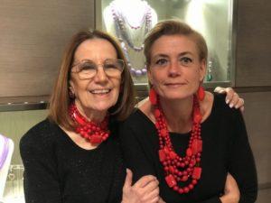 """Cilla e Sabrina indossano le nuove creazioni della collezione """"Christmas in Red"""" <3 Rosso totale, vivace e vibrante, per creazioni divertenti e originali, da indossare durante le feste e non solo... scopri la versatilità del rosso con i nostri bijoux."""
