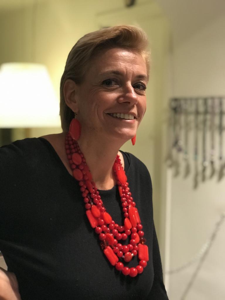 Sabrina indossa una bellissima collana Total red, realizzata a mano con tanti fili di boulle in plexiglas intervallati con elementi fantasia in plexiglas e cristallo. Orecchini fogliolina rossi.