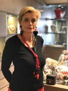 Sabrina indossa una collana a frusta bicolore, rosso e nero, con tanti ciondoli in plexiglas a forma di cuore, tutti diversi. Divertente e scenografica, si indossa facile anche sui look total black. Da abbinare maxi orecchini in plexiglas con doppio cuore.