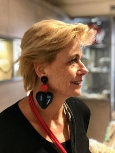 Sabrina indossa maxi orecchini con doppio cuore in plexiglas; grandi e scenografici, per un San Valentino romantico ma anche divertente!
