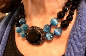 Meraviglioso Collier a due fili di Cristalli Jais nero e azzurri con grande centrale con pietre incastonate, sempre in Jais nero. Elegantissimo e raffinato, in stile vintage, regalerà un tocco di colore senza eccessi al tuo look più sofisticato. E' un pezzo unico di Cillabijoux