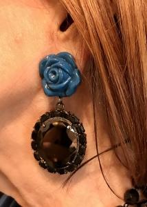 Femminili ed eleganti, gli orecchini con rosa laccata azzurra e pendente con pietre Jais nero incastonate. ✨