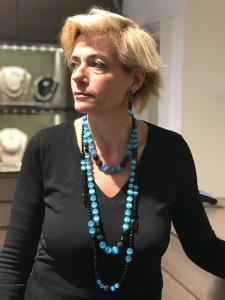 Sabrina indossa tre magnifiche collane, da portare insieme o separate, realizzate interamente a mano con elementi in Onice, Cristalli in Jais nero e azzurri. Orecchini in parure. Preziosi ed eleganti questi gioielli regaleranno un'allure sofisticata e glamour al tuo look.