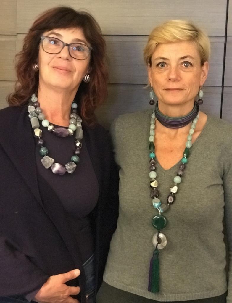 """Sandra e Sabrina indossano le ultime creazioni della collezione """"Unconventional Grey - Special Spring""""  Preziose e scenografiche, realizzate a mano con magnifiche pietre dure."""