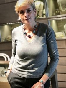 Sabrina indossa una moderna parure realizzata con elementi in plexiglas canna di fucile e maxi boulle in ceramica. Originali e versatili, questi bijoux si indossano easy su tantissimi outfit, da mattina a sera. Perfetti anche come idea regalo.