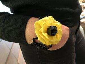 Dettaglio del bracciale indossato da Sandra: preziosa rete in cristallo di Boemia con grande fiore in tessuto. E' un pezzo unico della collezione Haute couture.