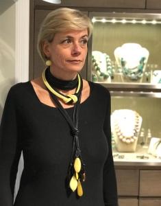 Sabrina indossa un collier de chain a fascia, il collier nodo e la collana a frusta. Tutti bijoux realizzati a mano con filato in cotone cerato nelle nuance del giallo e nero.