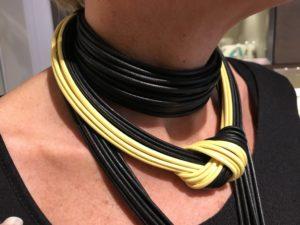Dettaglio delle collane indossate da Sabrina.