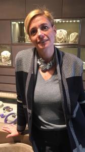 Anche Sabrina indossa un girocollo della nuova collezione, realizzato e cucito a mano con pietre dure, perle naturali, madreperle ed elementi in plexiglas metallizzato.